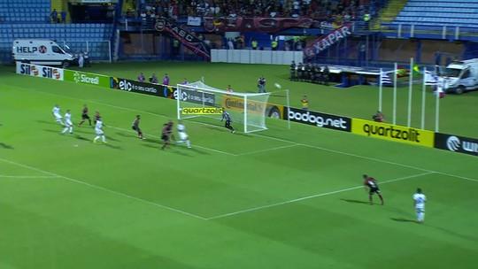 João Paulo dribla Ricardo Luz, chuta sem ângulo e o goleiro defende aos 38' do 1T