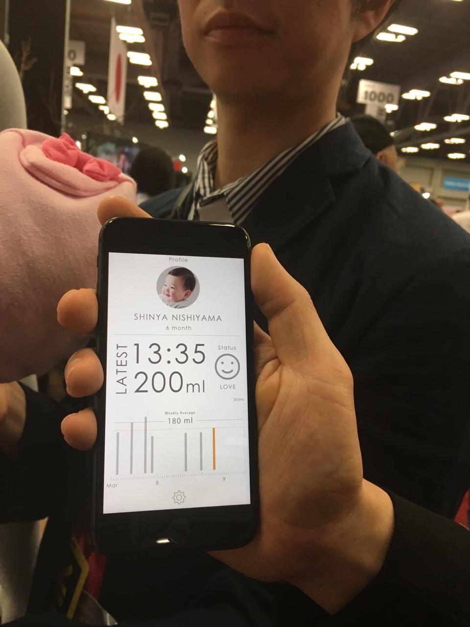As informações sobre a quantidade de leite ingerida aparecem em um aplicativo (Foto: Crescer)