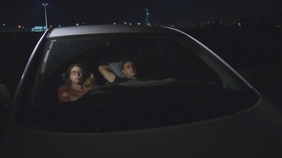 Clientes assistem a filme em carro (Foto: TV Globo/Reprodução)