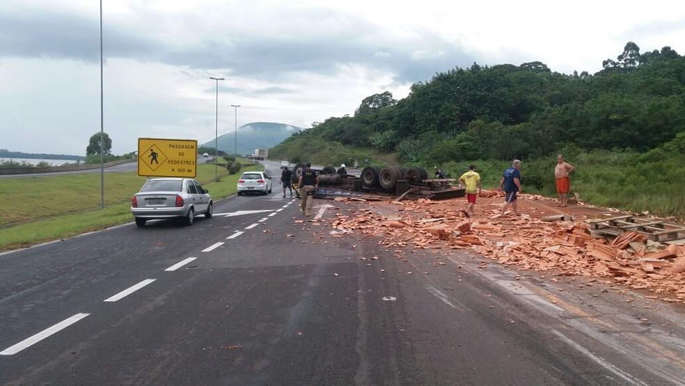 Caminhão carregado com telhas tombou na BR-101 (Foto: PRF/Divulgação)