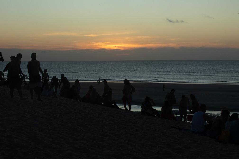 Pôr do sol em Jericoacoara reúne tantos turistas na mesma duna que já virou evento diário na vila — Foto: Celso Tavares/G1