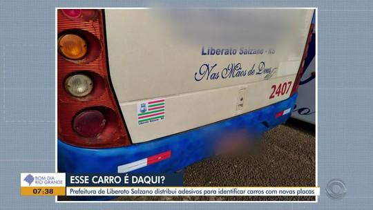 Adesivos identificam cidade em carros com placa do Mercosul em Liberato Salzano