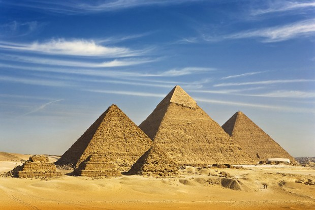 """Egypt. Cairo - Giza. General view of pyramids from the Giza Plateau (there is three pyramids popularly known as Queens' Pyramids on front side; next in order from left: the Pyramid of Menkaure /Mykerinos/, Khafre /Chephren/ and Chufu /Cheops/ - known as  (Foto: Getty Images/iStockphoto)"