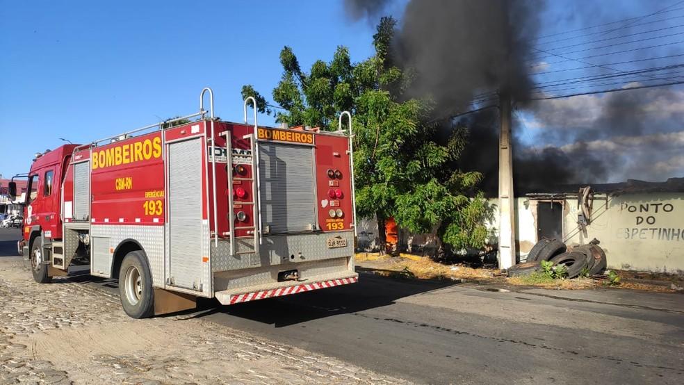 Corpo de Bombeiros precisou usar cerca de 12 mil litros de água para conter incêndio em Mossoró — Foto: Isaiana Santos/Inter TV Costa Branca