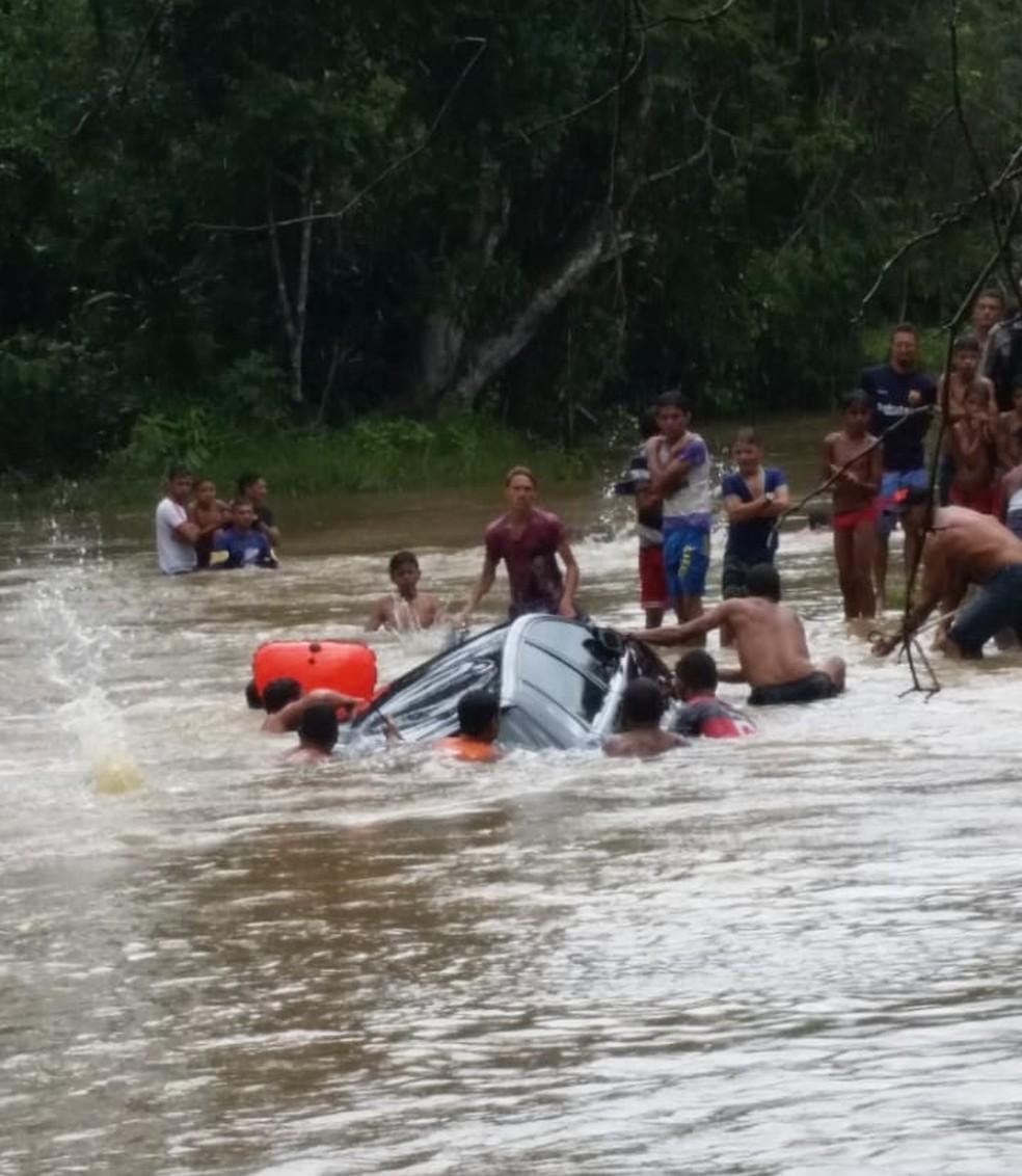 Carro caiu dentro de igarapé — Foto: Dvulgação