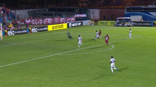 Ruan toca na saída do goleiro e Feliphe impede o gol aos 42' do 2º/T