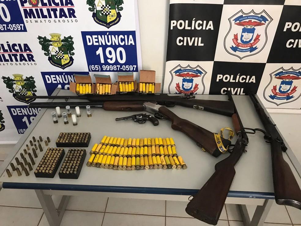 Armas e munições foram apreendidas com o sargento (Foto: Polícia Civil/Divulgação)