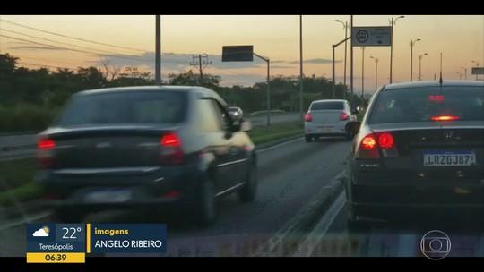 Carros usam pistas do BRT para fugir de engarrafamento no Rio