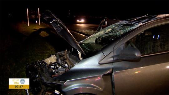 Carro tenta fugir de fiscalização policial, causa acidente e deixa motociclista gravemente ferido