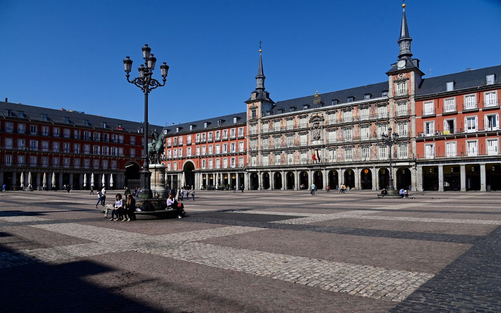 Poucas pessoas são vistas na geralmente lotada Plaza Mayor, no centro de Madri, no sábado (14) — Foto: Javier Soriano/AFP