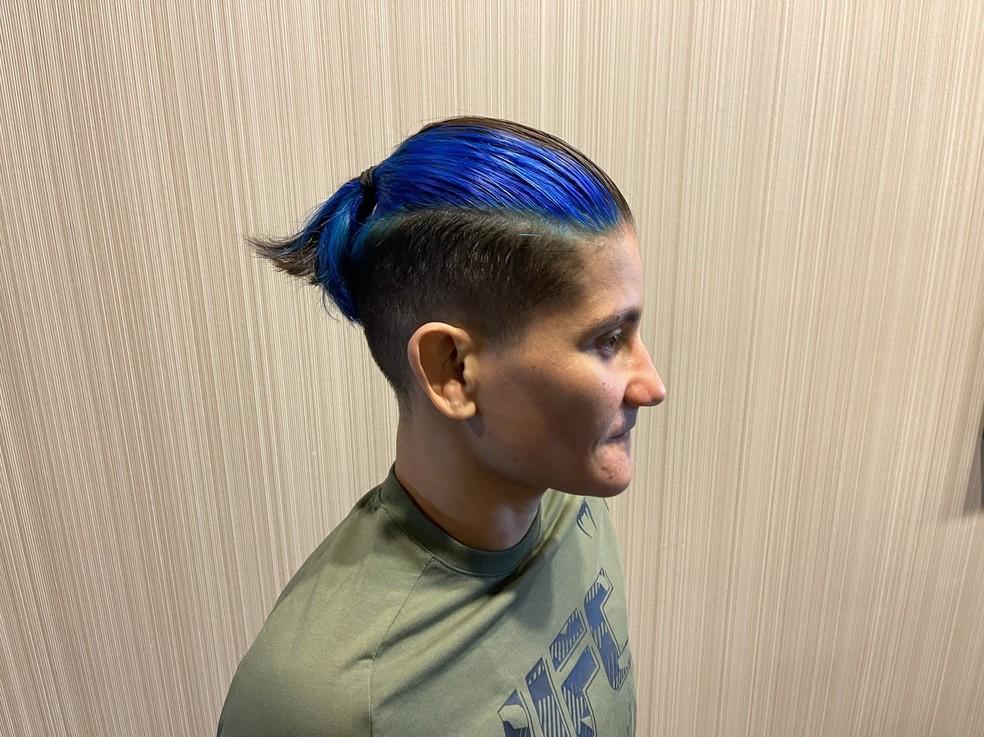 Priscila Pedrita pintou o cabelo de azul — Foto: Evelyn Rodrigues