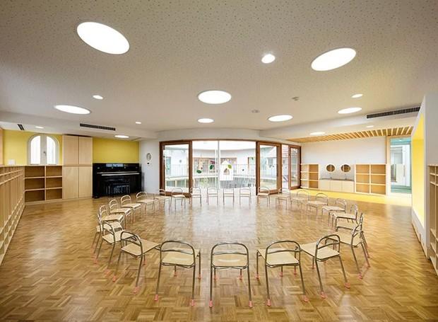 As salas de aula são amplas e podem ser arrumadas de acordo com o propósito da aula (Foto: MAMM Design/ Divulgação)