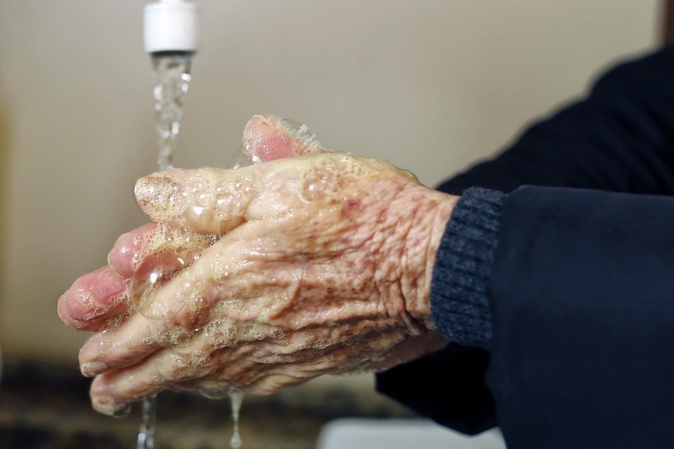 Lavar as mãos com água e sabão é a melhor maneira para prevenir o coronavírus — Foto: Carlos Poly