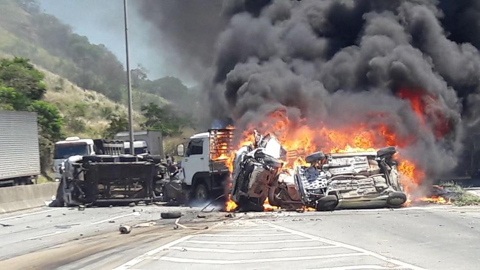 Acidente interdita a BR-101 em Viana  (Foto: Leitor de A Gazeta)