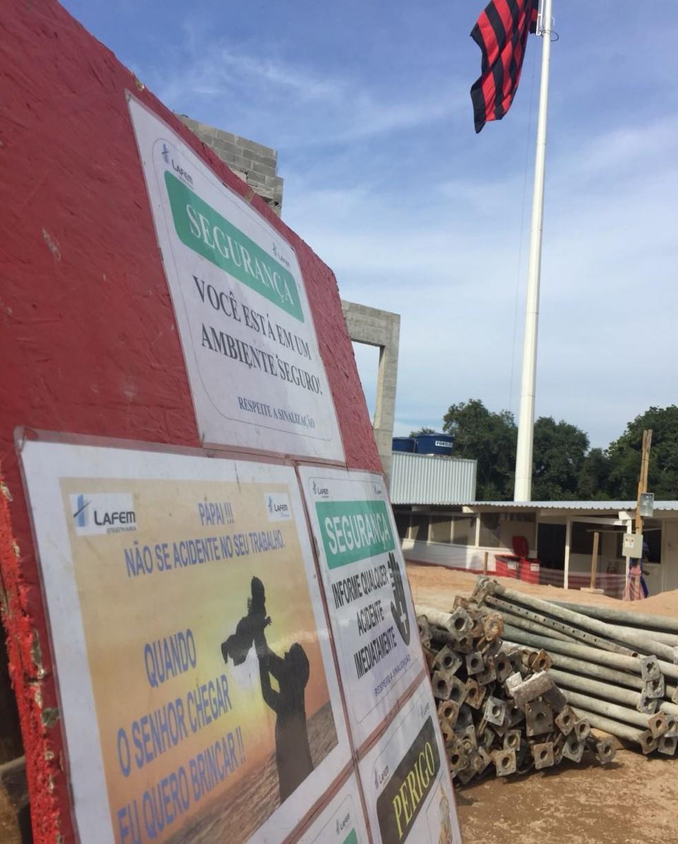 Na entrada da obra, placa alerta para cuidados aos trabalhadores (Foto: Raphael Zarko)