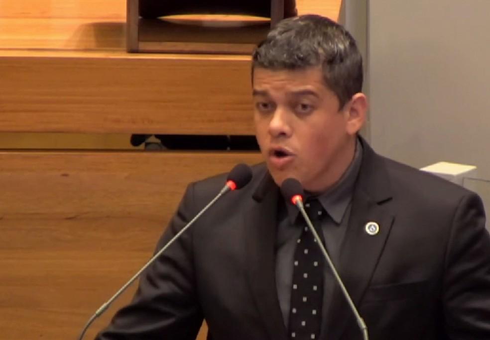 Daniel Donizet em discurso na Câmara Legislativa do DF — Foto: TV CLDF/Reprodução
