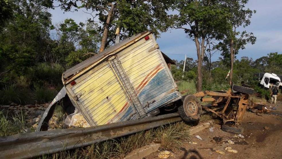 O motorista da caminhonete morreu no local por conta do impacto da batida. O veículo ficou destruído.  — Foto: Blog do Braga