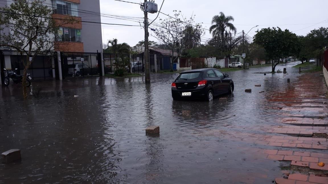 Chuva provoca alagamentos e afeta o trânsito em Porto Alegre nesta terça-feira