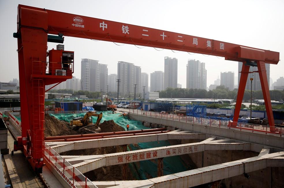 Operários em um canteiro de obras em Pequim — Foto: Carlos Garcia Rawlins / Reuters