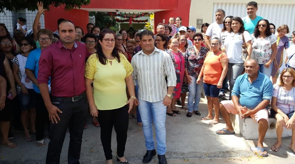 Três dos quatro médicos cubanos (à frente), que ficaram em Mossoró, receberam apoio de pacientes e amigos que fizeram na cidade — Foto: Sara Cardoso/Inter TV Costa Branca