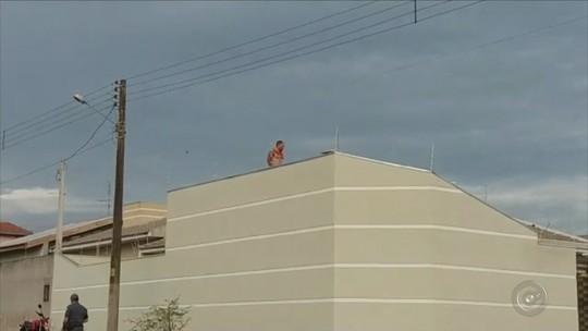 Homem suspeito de tráfico de drogas sobe em telhado de casa durante perseguição; vídeo