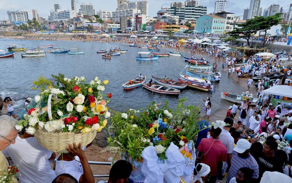 Devotos e admiradores deixando presentes para Iemanjá na praia do Rio Vermelho, em Salvador, em 2019. — Foto: Max Haack/Ag Haack