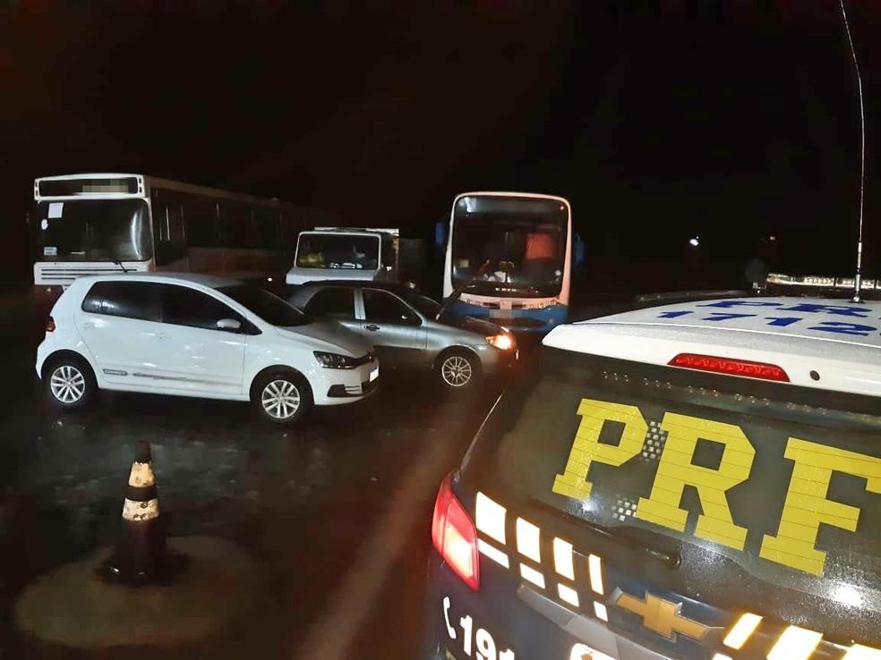 Carros roubados foram apreendidos em Jucati — Foto: PRF/Divulgação