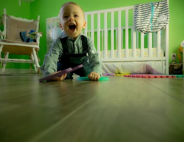 Crianças podem carregar toxinas dos pisos de suas casas (Foto: Pexels)