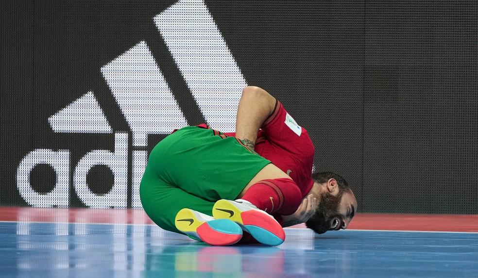 Ricardinho cai no chão após ser agredido por Borruto — Foto: Angel Martinez/FIFA