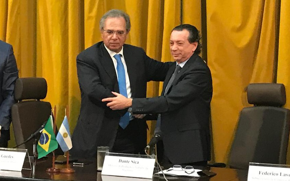 Ministros da Economia do Brasil, Paulo Guedes, e da Argentina, Dante Sica, em cerimônia para acordo automotivo entre os dois países — Foto: Raoni Alves/G1