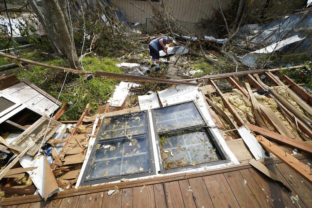 Bradley Beard vê destroços da casa neste sábado (29), destruída após passagem do furacão Laura em Louisiana — Foto: Gerald Herbert/AP Photo
