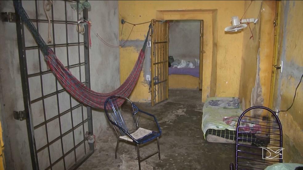 Presos foram transferidos da delegacia de Alto Parnaíba por conta das péssimas condições de trabalho. (Foto: Reprodução/TV Mirante)