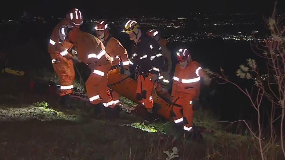 Corpo foi resgatado por bombeiros militares — Foto: Reprodução/TV Globo