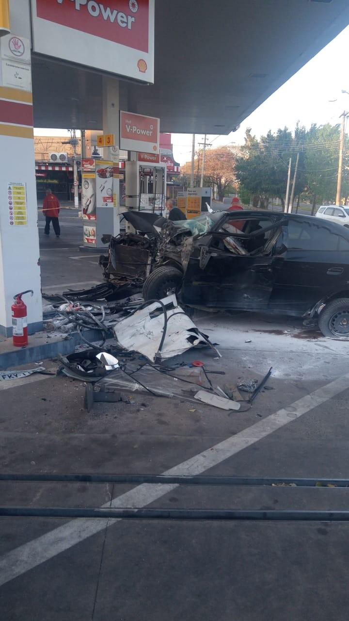 Carro bate em bomba de posto de combustíveis e motorista é socorrido em estado grave em Campinas