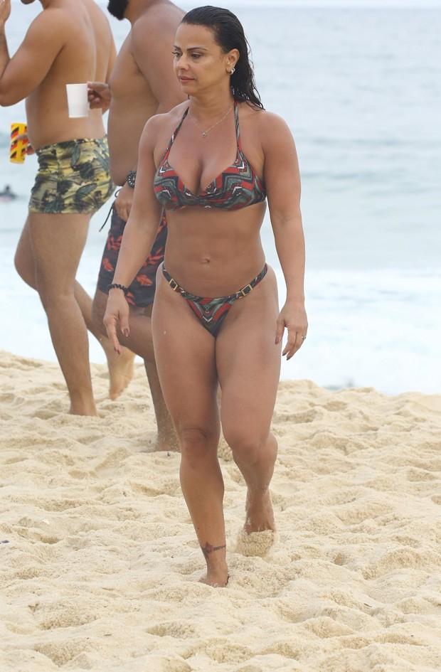 Viviane Araújo curte praia no Rio (Foto: AgNews)