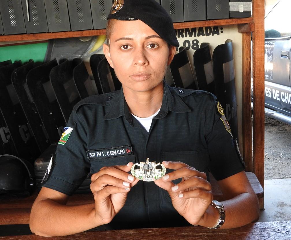 Sargento V. Carvalho exibe o brevê de metal que usará na formatura do curso do Choque (Foto: Valéria Oliveira/G1 RR)