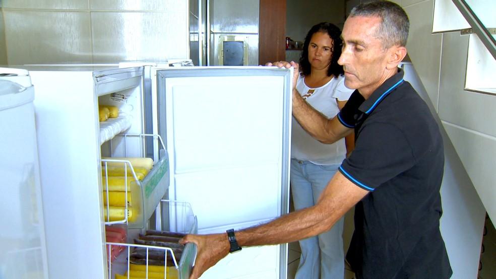 O vendedor Evandro Meireles mostra o freezer de casa cheio de chup-chups — Foto: Reprodução/TV Gazeta