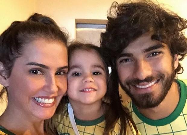 Deborah Secco e Hugo Moura com Maria Flor (Foto: Reprodução/Instagram)