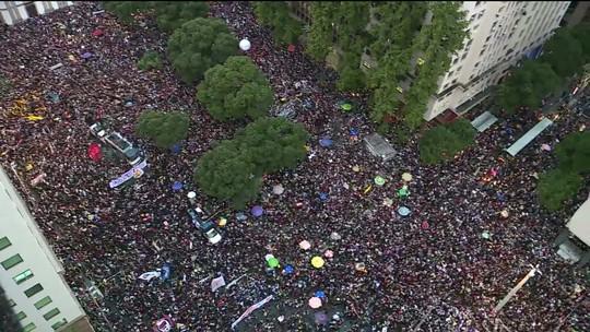 Aumenta o número de manifestantes que protestam no Rio contra corte de verbas da educação
