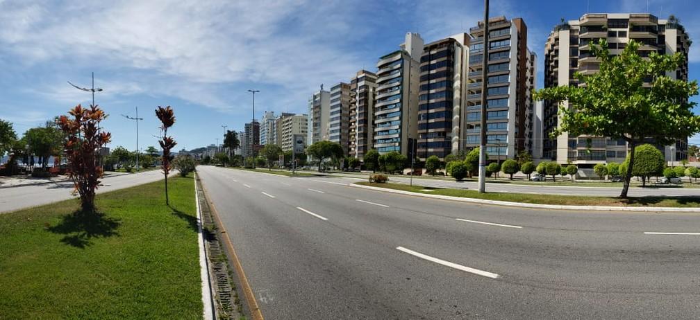 FLORIANÓPOLIS - Avenida Beira-mar Norte, uma das mais movimentadas da capital catarinense, está vazia na manhã desta quinta-feira (26) — Foto: Matheus Nunes/NSC TV