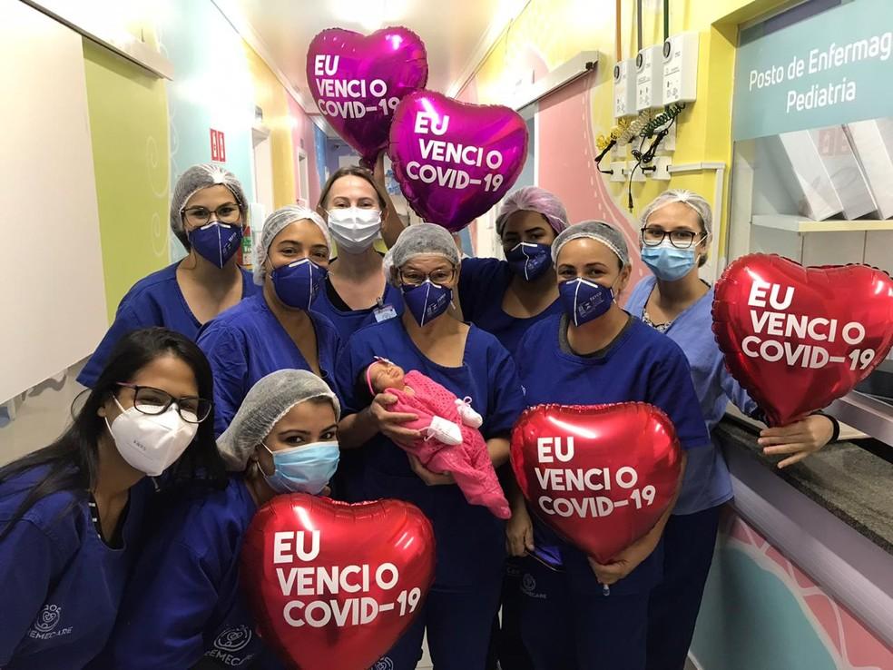 Recém-nascida foi curada de Covid-19 em Cuiabá e equipe do hospital Santa Casa comemora alta médica — Foto: Divulgação
