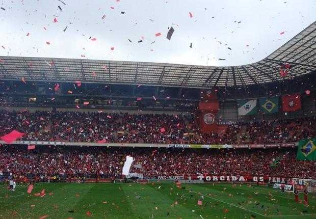 Torcida atleticana na Arena da Baixada em 2009 - Atlético Paranaense (Foto: Wikimedia Commons)
