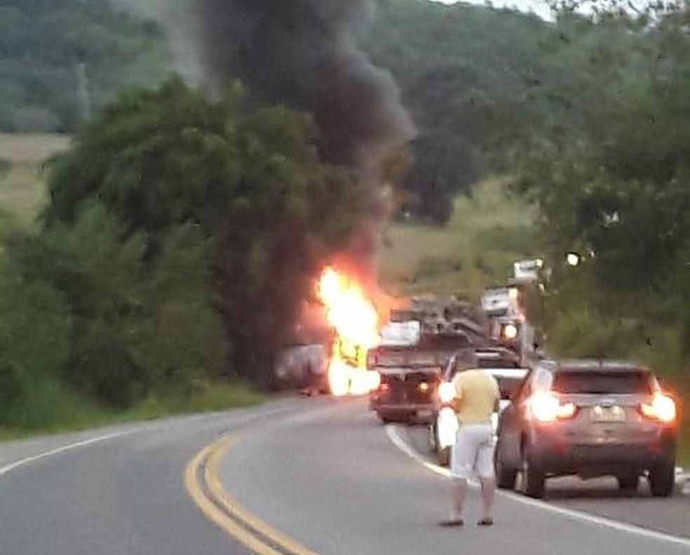 Caminhão pegou fogo após capotar na BR-459 âÂ?Â? Foto: Reprodução/Redes Sociais