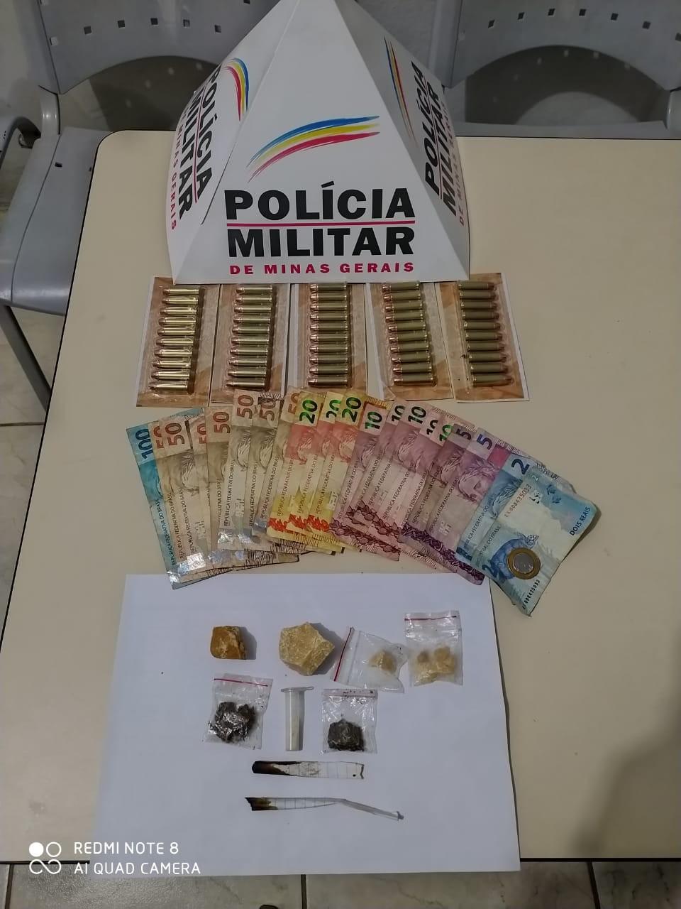 Homem é preso após agredir e ameaçar queimar a esposa em Tumiritinga; drogas e munições foram apreendidas