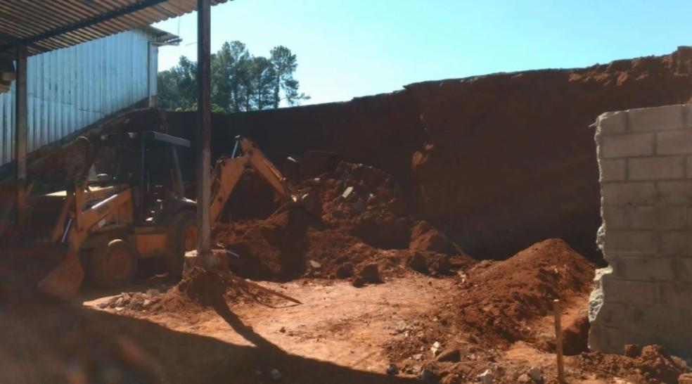 Pedreiro morre e outros dois ficam feridos após soterramento de terra em Cássia (Foto: Reprodução EPTV)