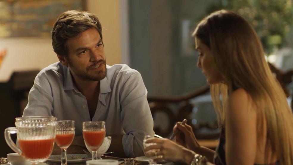 Será que ela vai abrir o bico? — Foto: TV Globo