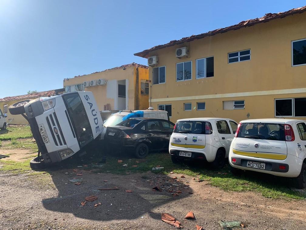 Ambulância foi arrastada com o vento em Governador Celso Ramos, na Grande Florianópolis — Foto: Douglas Marcio/ NSC TV