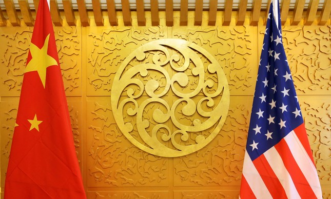 Bandeiras da China e dos Estados Unidos colocadas para uma reunião no Ministério do Transporte chinês em Pequim
