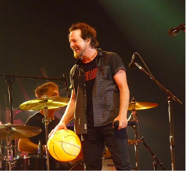 Eddie Vedder no show do Pearl Jam com a camisa em homenagem ao amigo Chris Cornell  (Foto: Instagram)