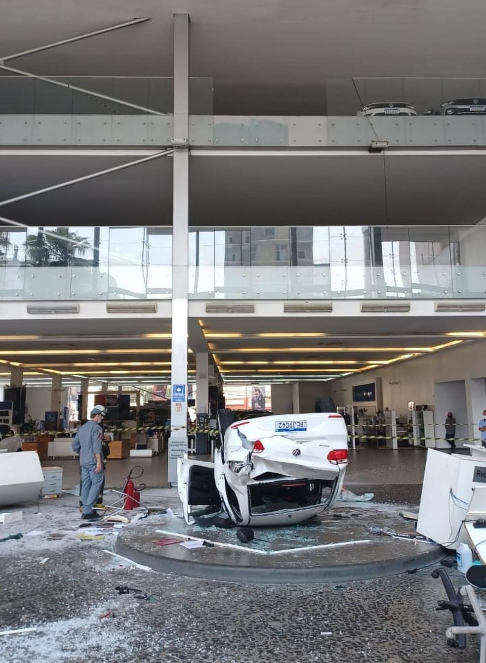 Carro cai de terceiro andar de concessionária e deixa três pessoas feridas em SP — Foto: Corpo de Bombeiros/Divulgação